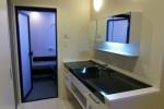 洗面台も浴室もモノトーンでコーディネート。