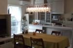 お庭に面したオープンキッチン。シャンデリアがお部屋のアクセントに。