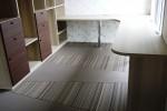 造作の棚とカウンターとおり座の畳。お尻をついて本を読むもよし!耐久性に優れたおり座は椅子をおいたってOK!(車椅子も対応可)