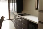 既存の家具に色合せをした新しいキッチン家具。取手も角の無い曲線タイプで安全に。