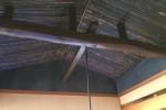 囲炉裏和室の天井も吹抜けられ、表情豊かな竹や漆喰壁が風格を出してくれました。