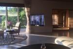 陽の動きと共に寛ぎの場所も変わります。そして壁付きのTVモニターも自在に動くのです。